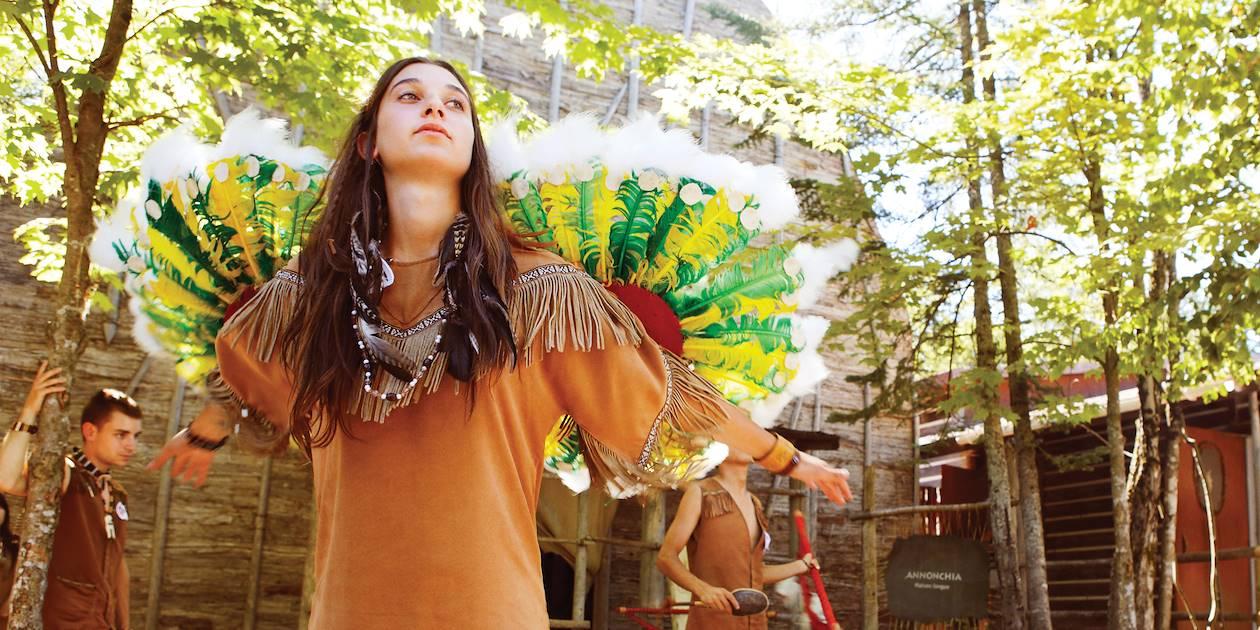 Danse traditionelle huronne dans le musée premières nations - Wendat - Québec - Canada