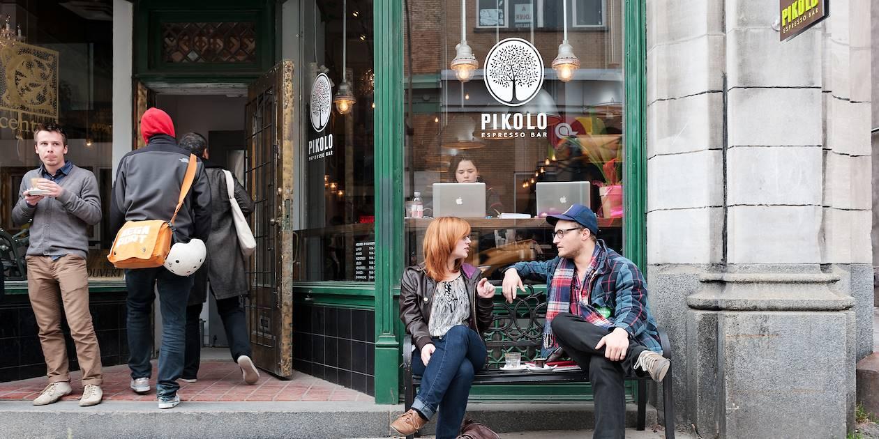 Scène de vie devant le Pikolo Espresso Bar - Montréal - Québec - Canada