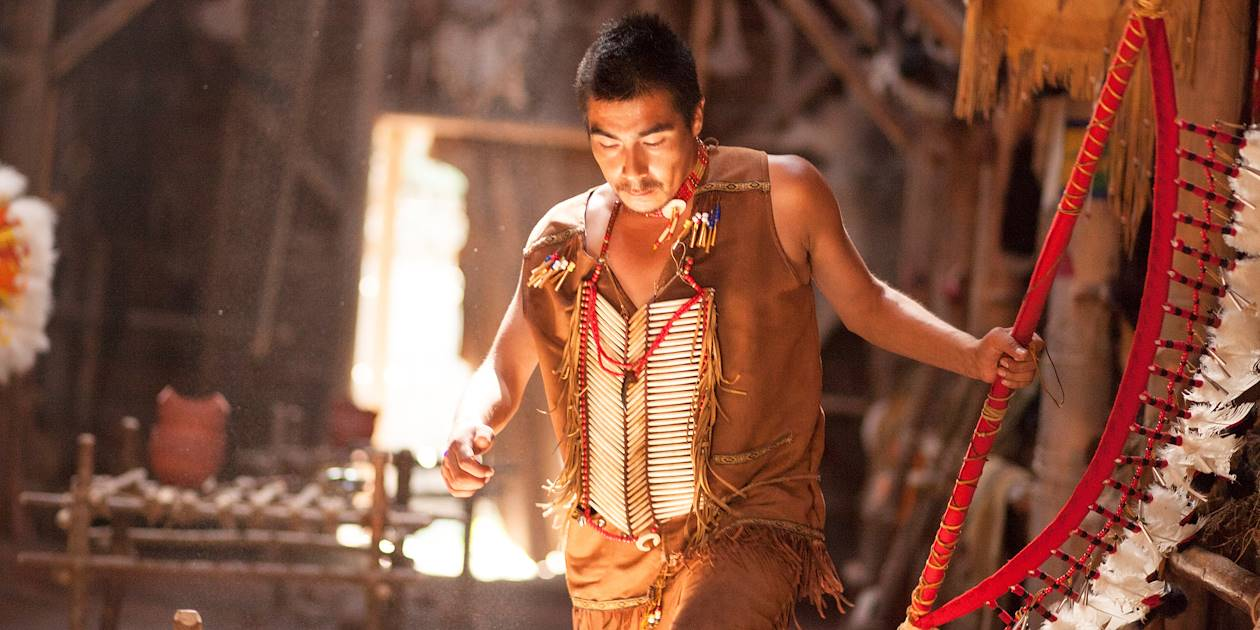 Danseur autochtone dans le musée premières nations - Québec - Canada