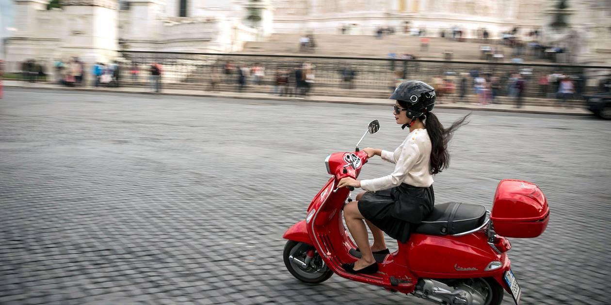 Jeune femme en vespa - Rome - Italie