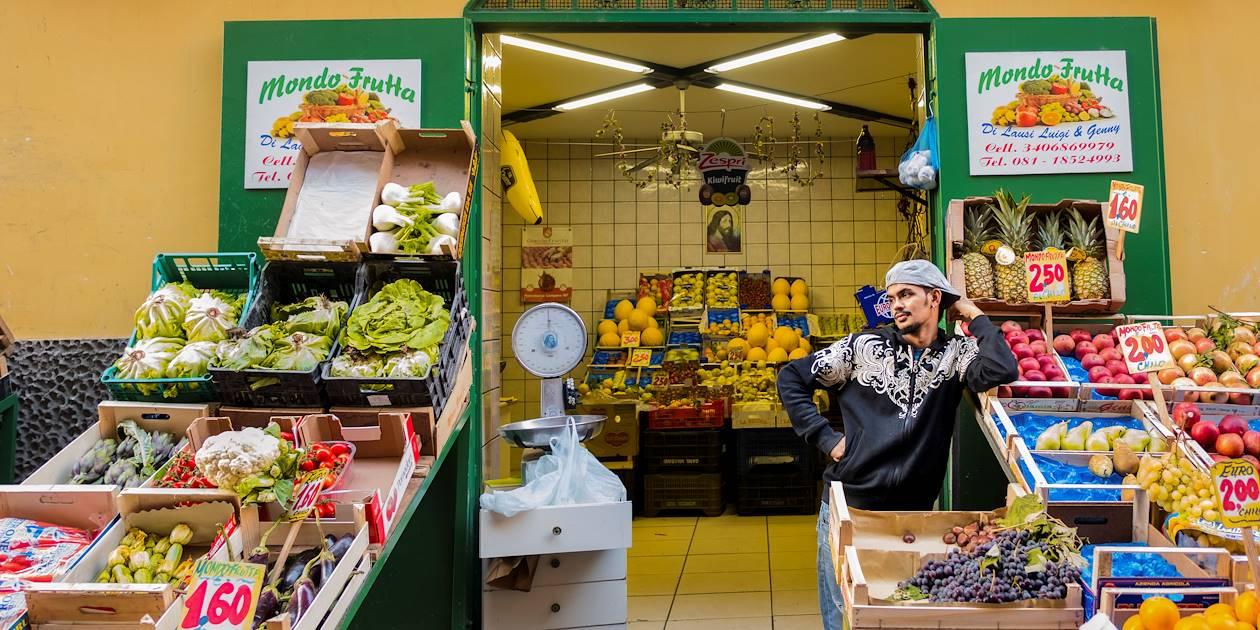 Jeune maraîcher devant son commerce - Naples - Campanie - Italie