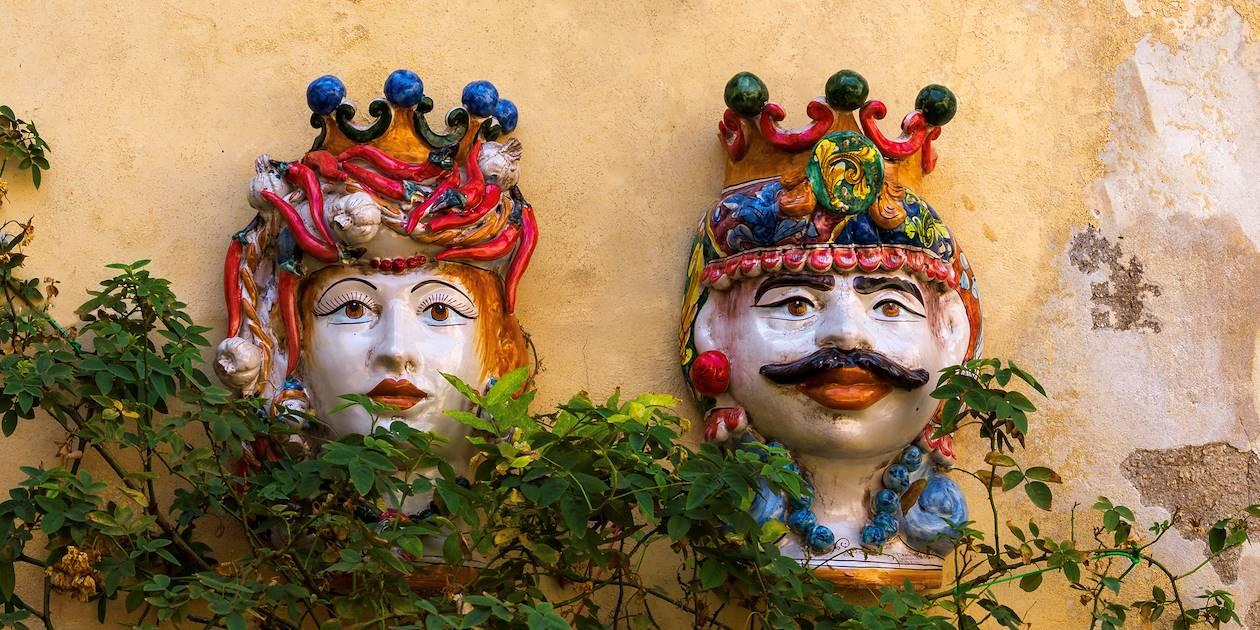 Têtes de maures en céramique dans les rues de Raguse - Sicile - Italie