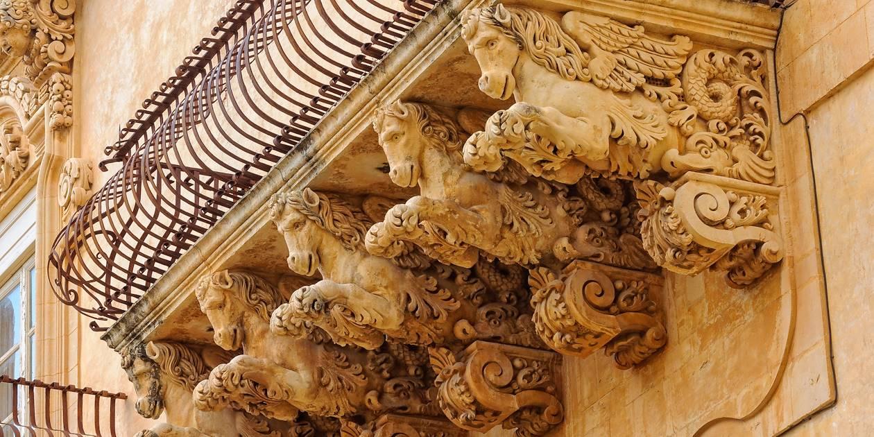 Détail d'un balcon à l'architecture baroque - Noto - Sicile - Italie