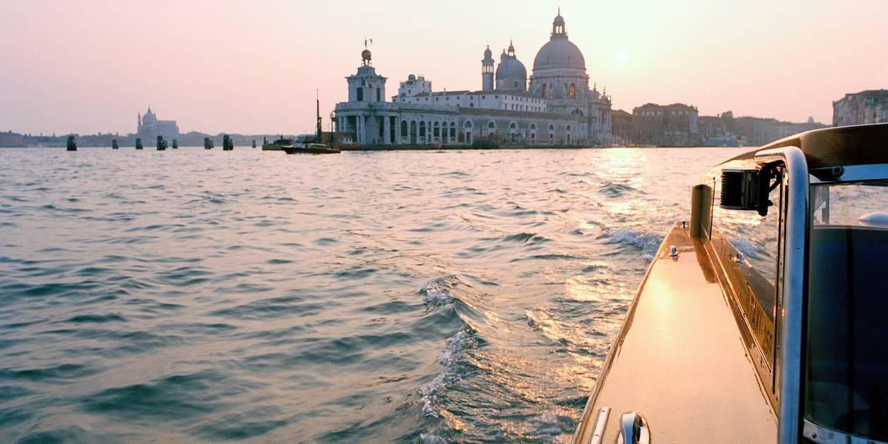 La basilique Santa Maria della Salute vue depuis un vaporetto, Venise - Italie.
