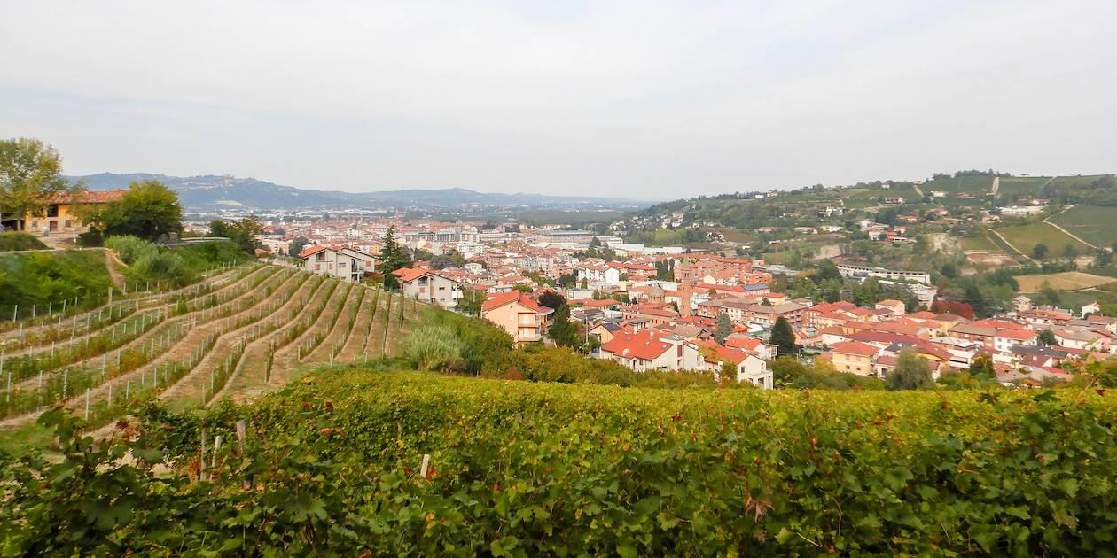 La ville d'Alba et ses vignobles, au coeur des collines des Langhe - Piémont - Italie
