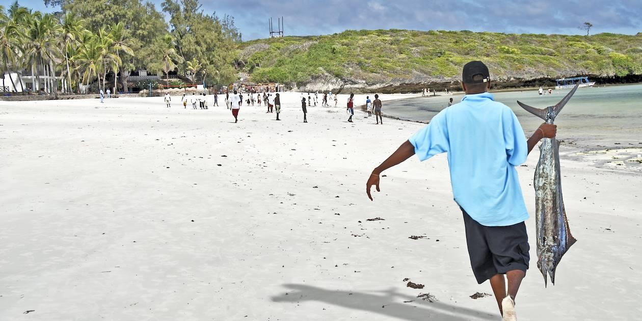 Retour de pèche sur la plage de Watamu - Kenya