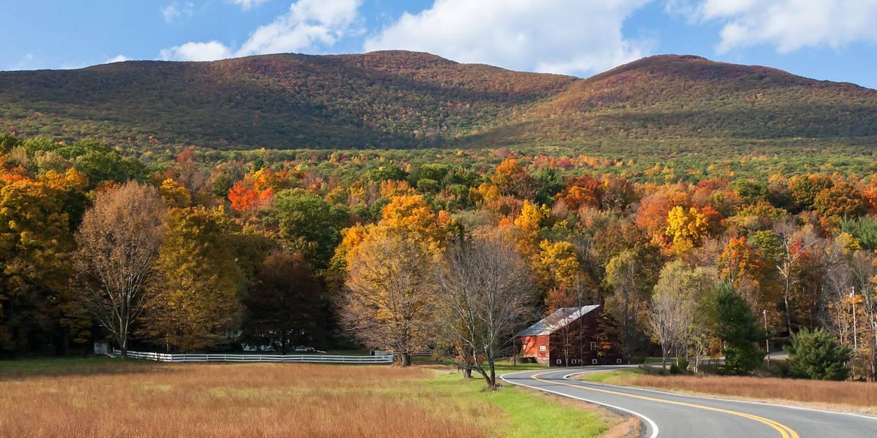 Route à traversant les montagnes de Catskill - New York - Etats-Unis