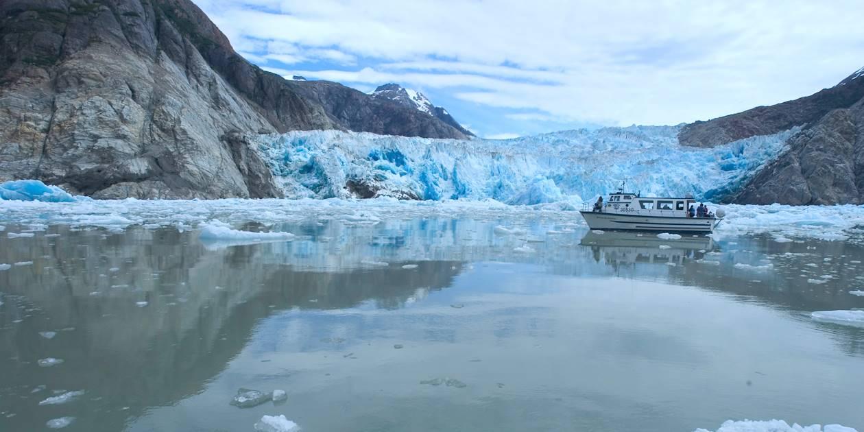 Bateau sur le Fjord de tracy Arm - Alaska - Etats Unis