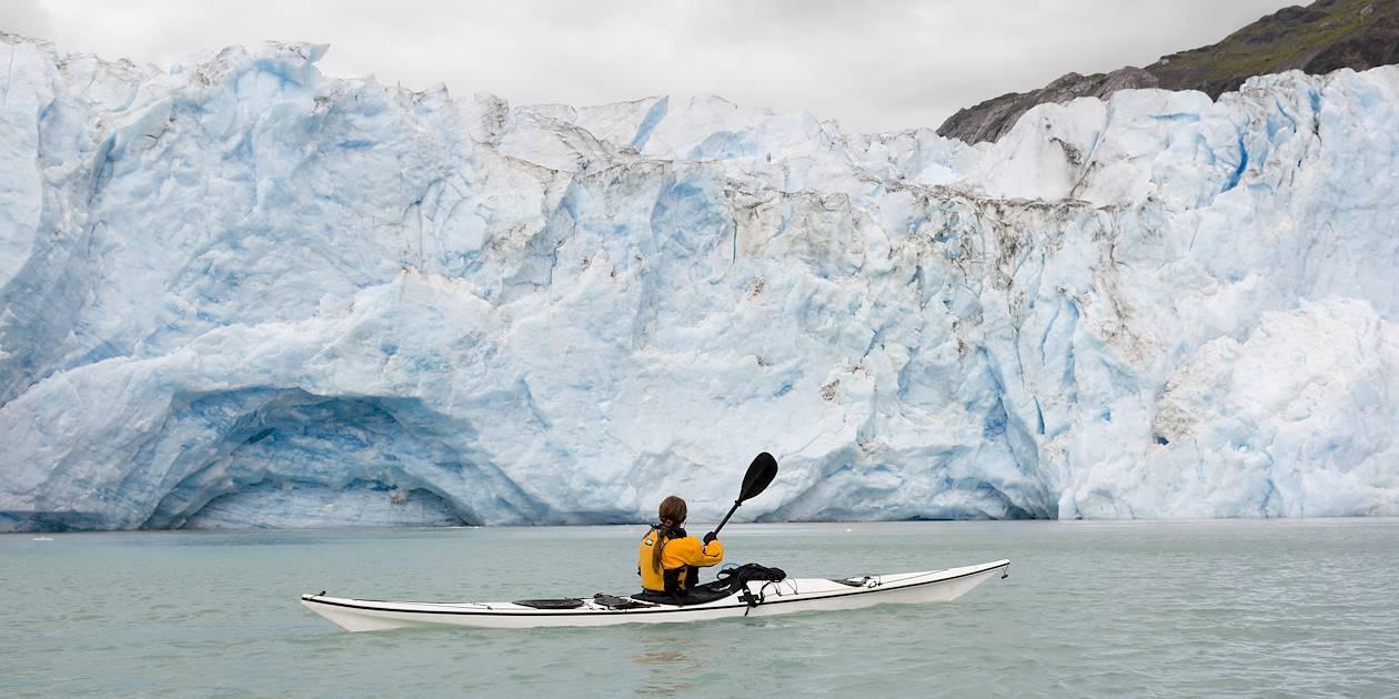 Promenade en kayak face au glacier McBride - Parc national de Glacier Bay - Alaska - Etats-Unis