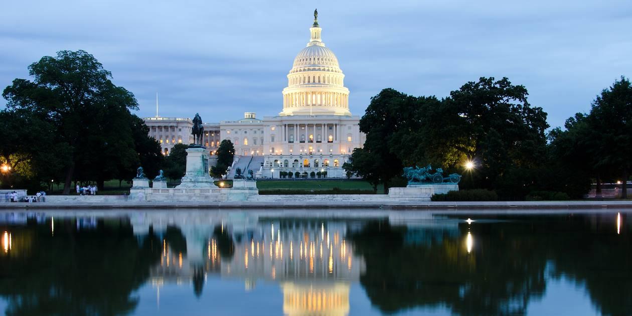 Le Capitole de nuit avec son reflet dans l'eau - Washington DC - Etats-Unis