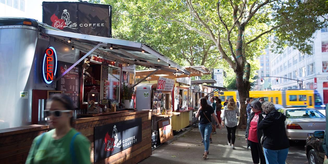 Vue de food trucks sur Adler street - Portland - Oregon - Etats-Unis
