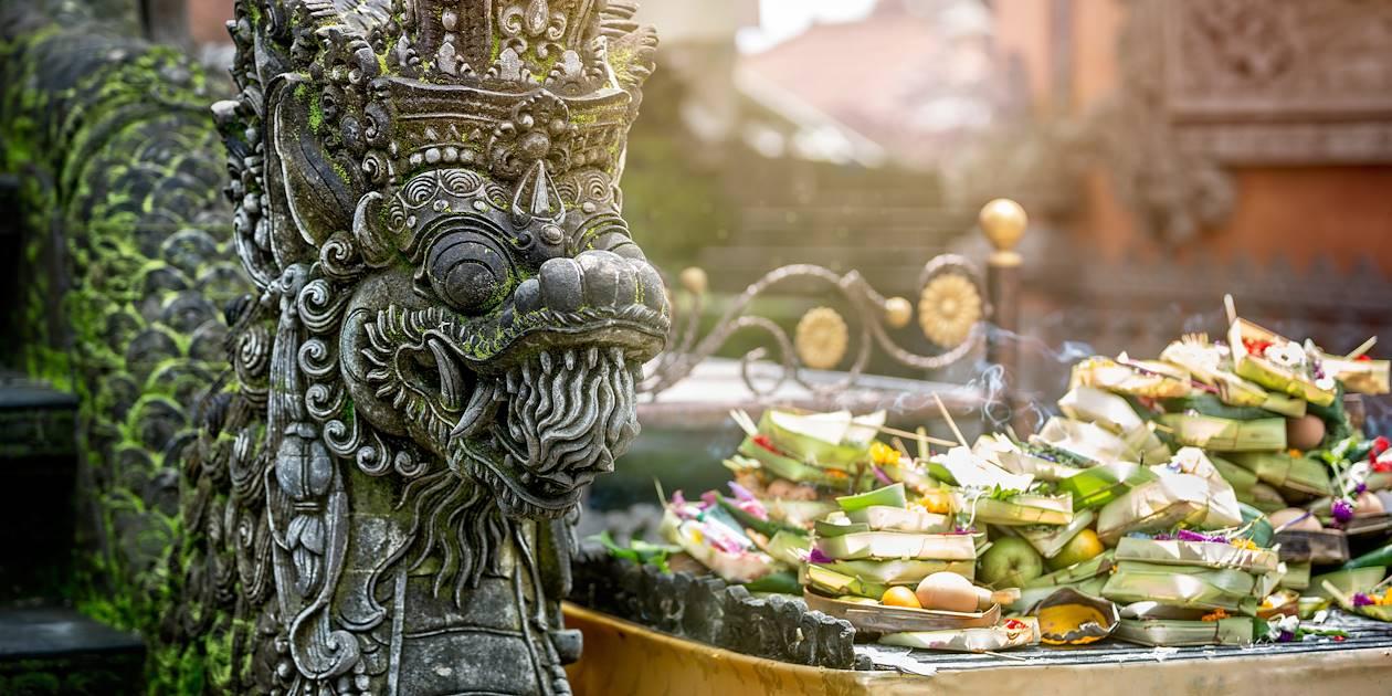 Offrandes dans un temple hindouhiste à Bali Indonésie