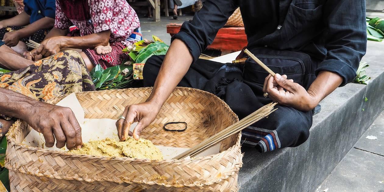 Préparatifs du traditionnel Satay balinais à l'occasion du Nyepi Festival - Ubud - Bali - Indonésie