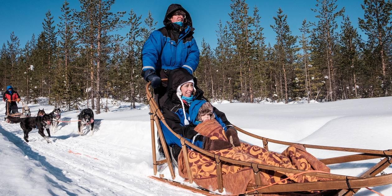 Safari en traîneau à chiens Husky à travers la forêt - Rovaniemi - Laponie - Finlande