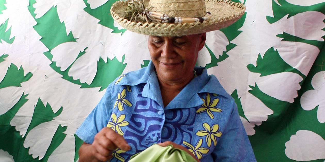Mama confectionnant un tifaifai - Tahiti - Polynésie