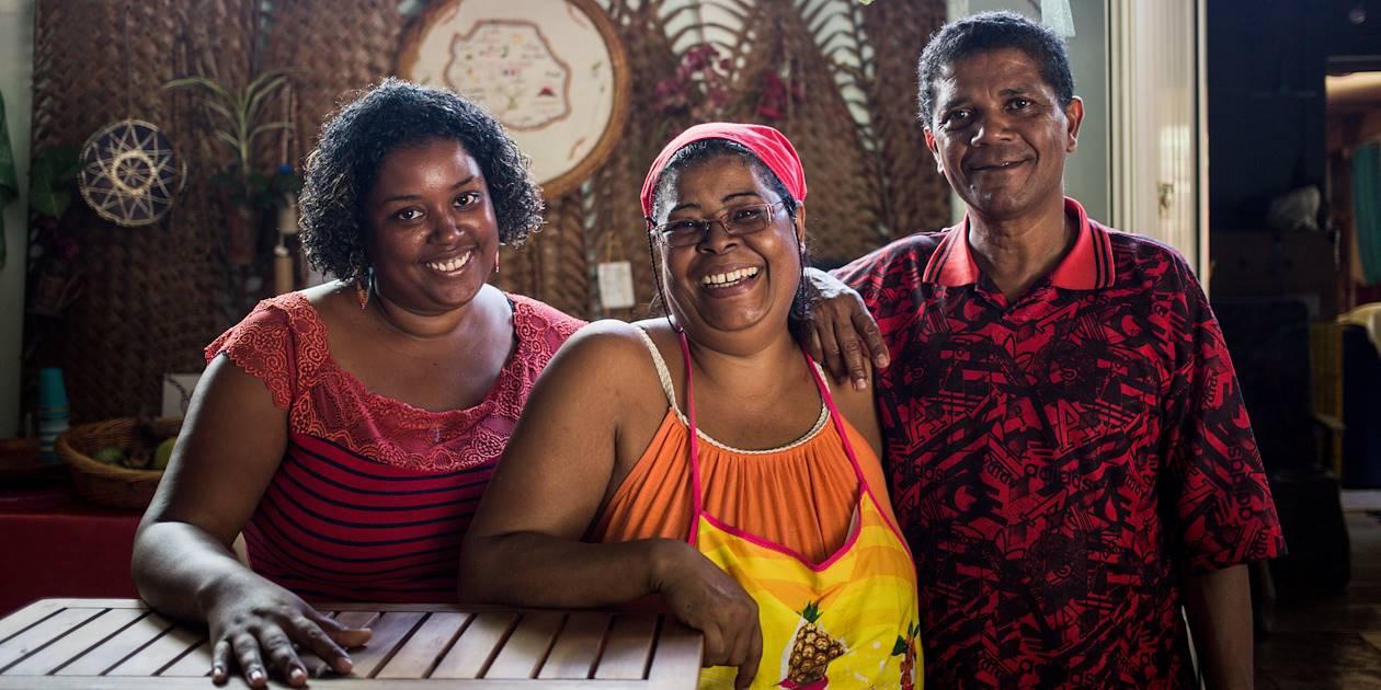 Atelier cuisine et déjeuner chez Monmanzé : portrait de Julicia, en jaune, et de ses amis - St Paul - Région Ouest - La Réunion