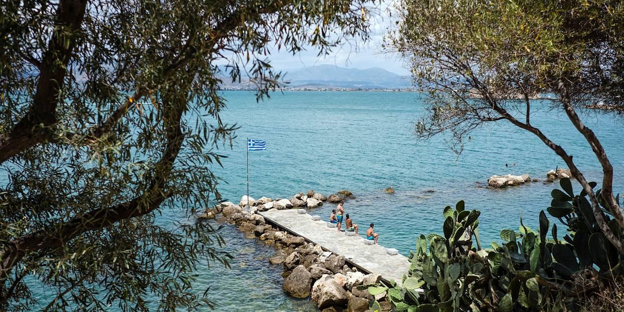 Enfants flânant près de la mer - Nauplie - Péloponnèse - Grèce