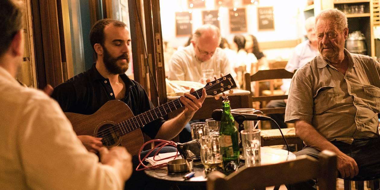 Rencontre avec des musiciens dans un restaurant populaire - Athènes - Grèce
