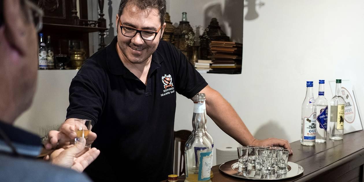 Découverte des spécialités culinaires de la région : dégustation de Ouzo dans une distillerie - Nauplie - Péloponnèse - Grèce