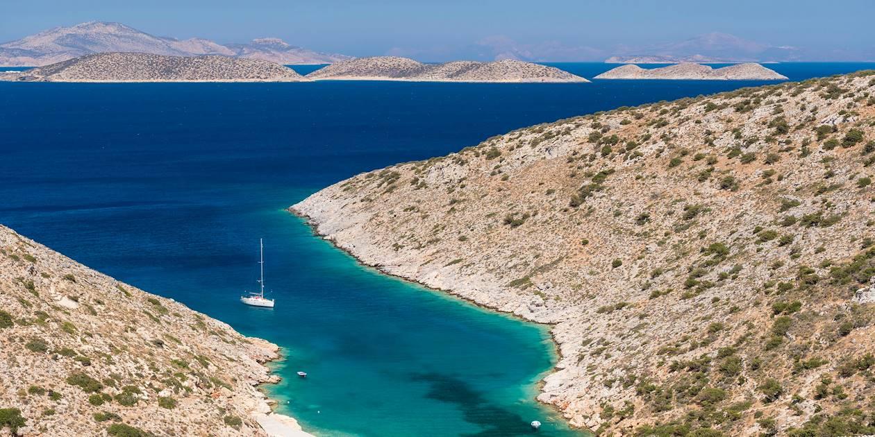 Bateau dans la baie de Tourkopigado - Île d'Iraklia - Cyclades - Grèce
