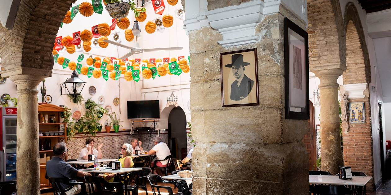 Scène de vie dans un bistrot de Cordoue - Andalousie - Espagne