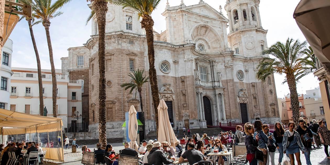 Terrasse de restaurant à Cadix, face à la cathédrale - Andalousie - Espagne