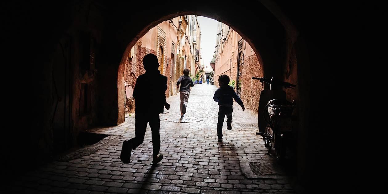 Enfants courant les ruelles de Marrakech - Maroc