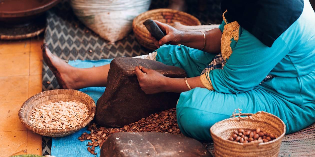 Fabrication artisanale d'huile d'argan - Maroc