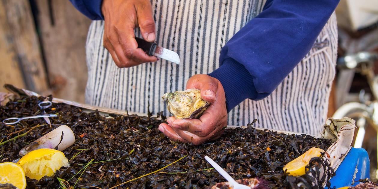 Vendeur d'huîtres dans un marché d'Oualidia - Maroc