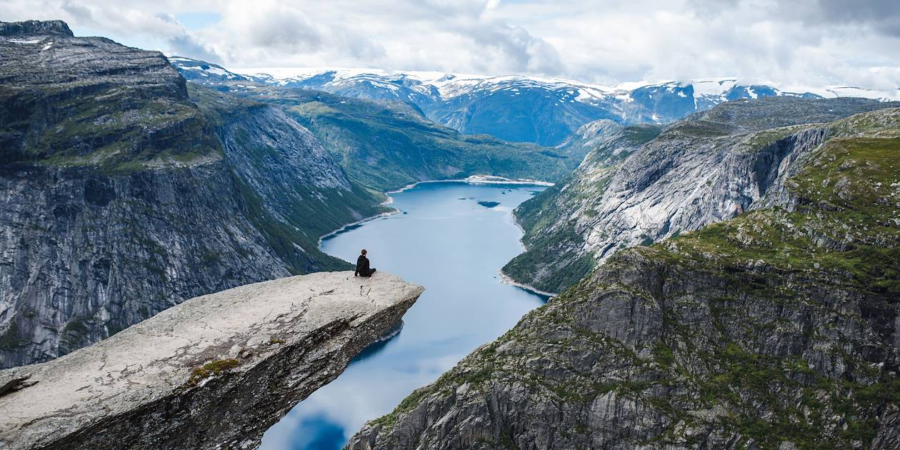 """Trolltunga"", dominant la vallée de la région d'Hardangervidda - Odda - Norvège"