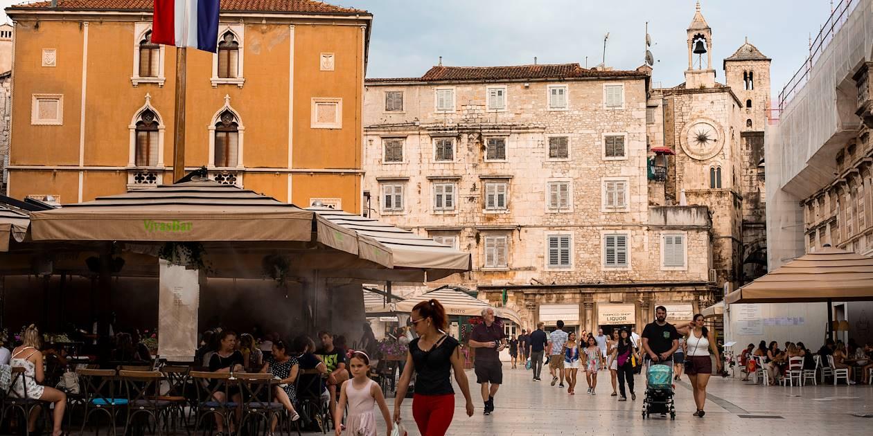 Terrasse de café sur une place de la vieille ville fortifiée - Split - Croatie