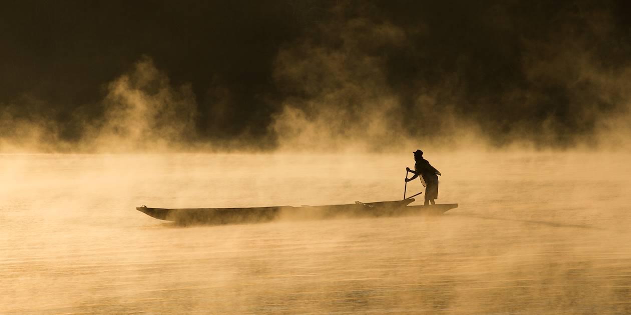 Pêcheur à l'aube,  sur le fleuve Tsiribihina, près de Miandrivazo - Madagascar