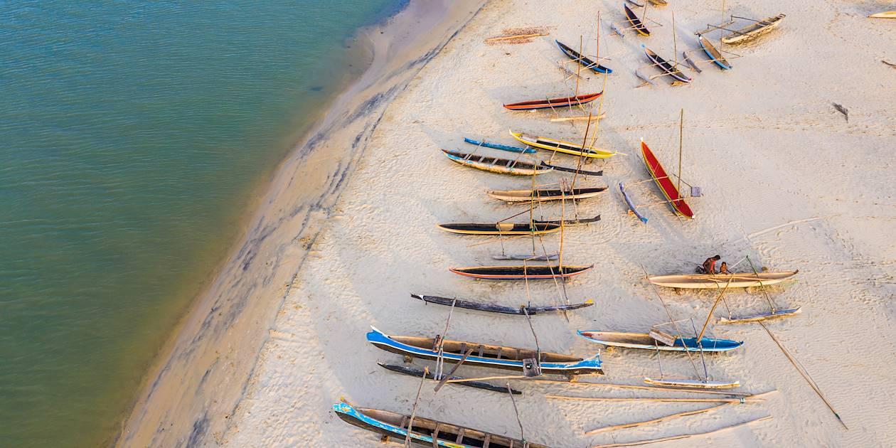 Pirogues colorées sur une plage de Morondava - Madagascar
