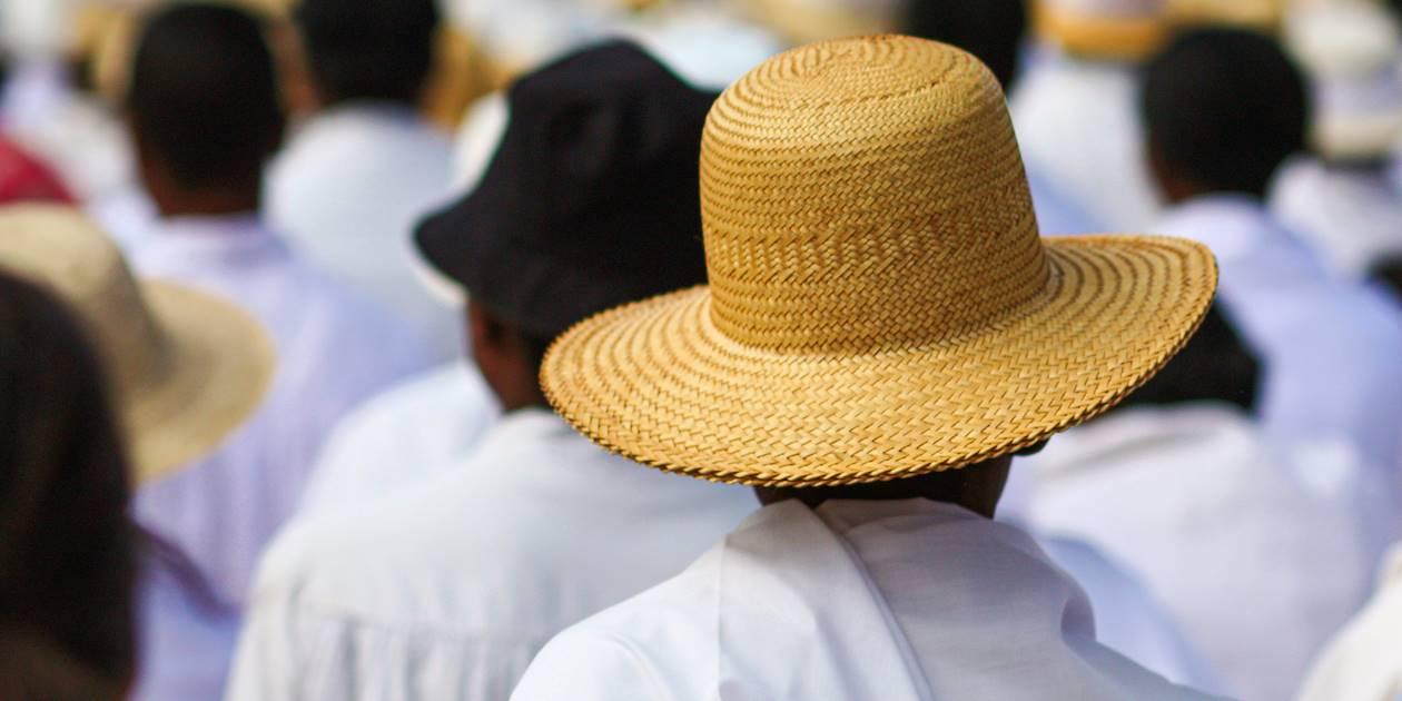 Lambas blancs et chapeau de paille lors d'un événement national - Madagascar