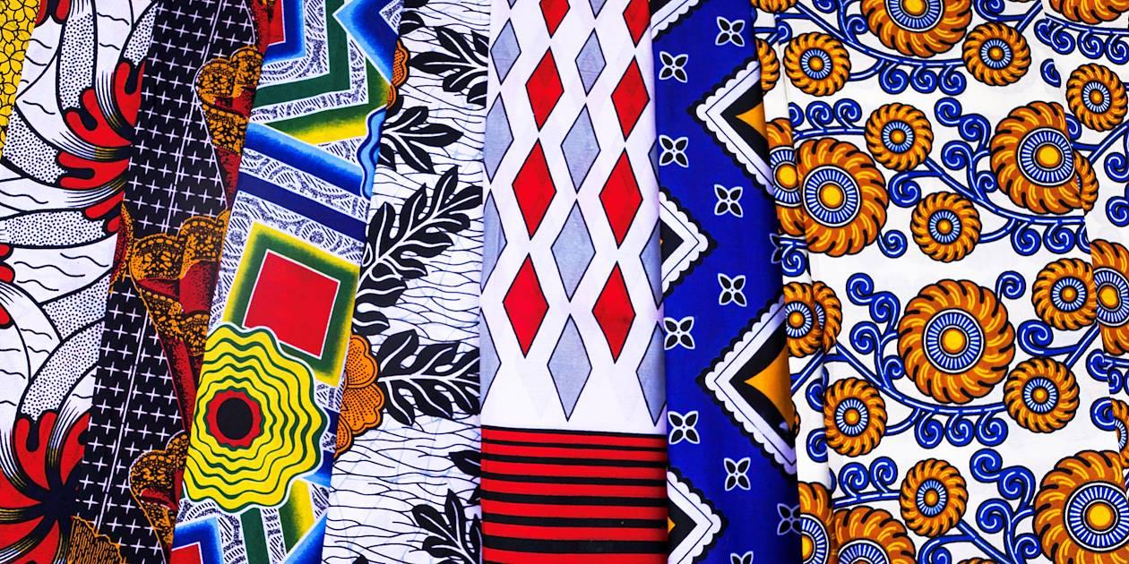Tissus traditionnels sur un marché de Nosy Be - Madagascar