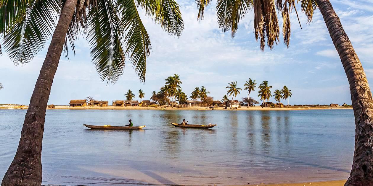 Scène de vie sur un fleuve - Madagascar