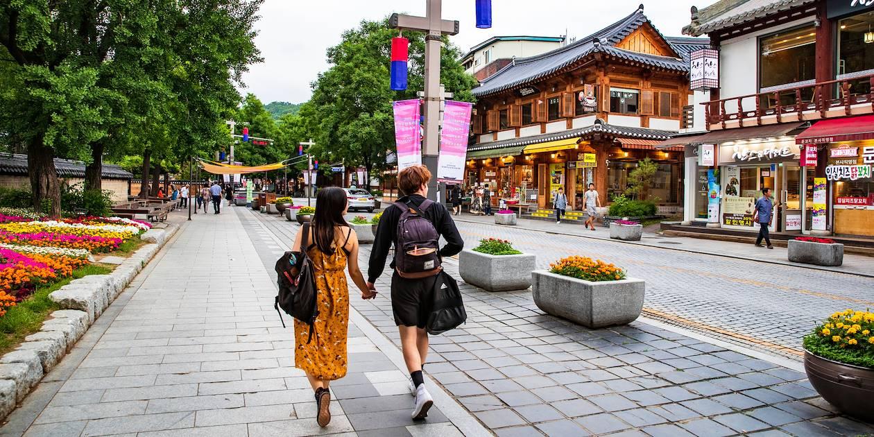 Couple dans une rue d'Hanok village à Jeonju - Corée du Sud