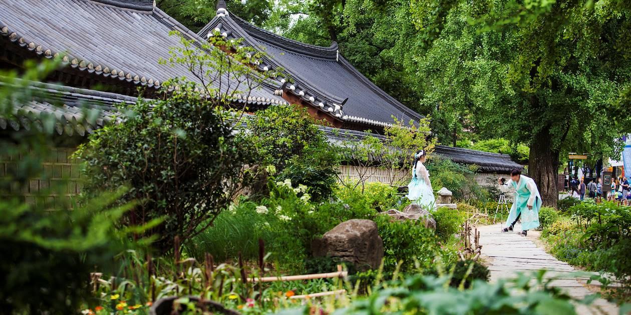 Couple en tenue traditionnelle dans un parc d'Hanok village à Jeonju - Corée du Sud