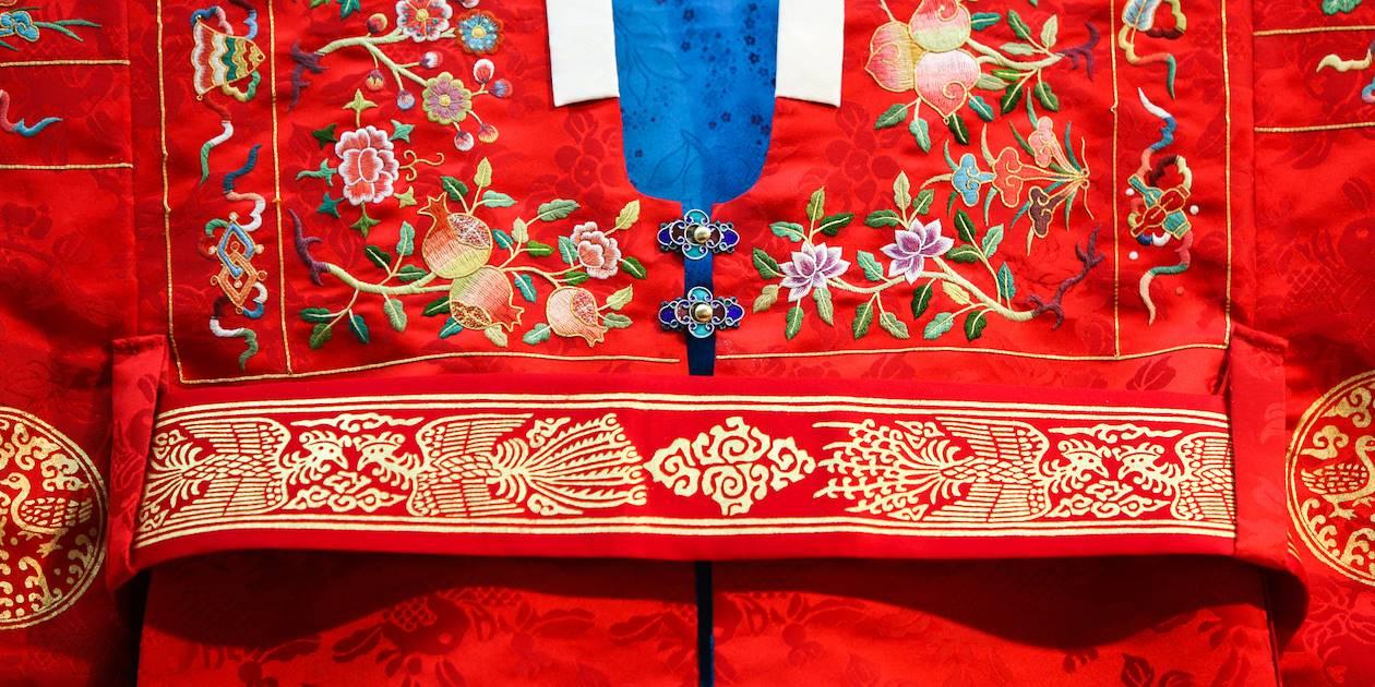 Détail d'une robe de mariage traditionnelle, le Hwarot - Corée du Sud