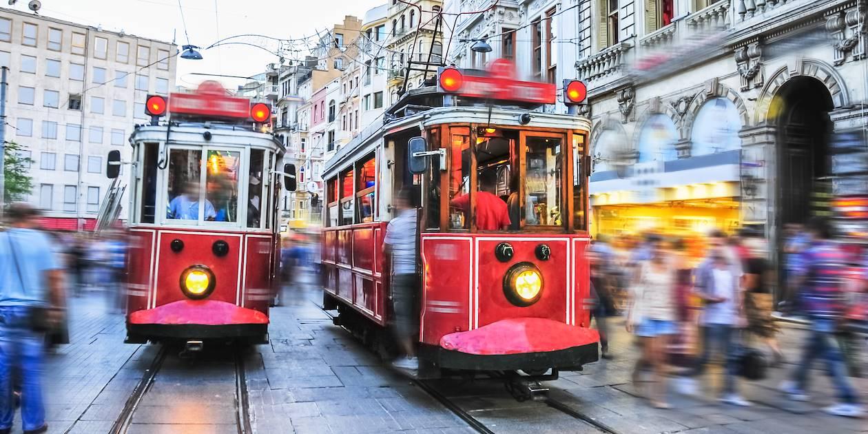 Tramways dans la rue Istiklal Caddesi à Istanbul - Turquie