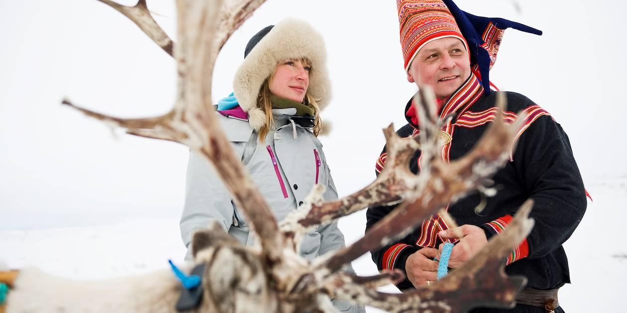 Homme Sami et un renne - Finnmark - Norvège