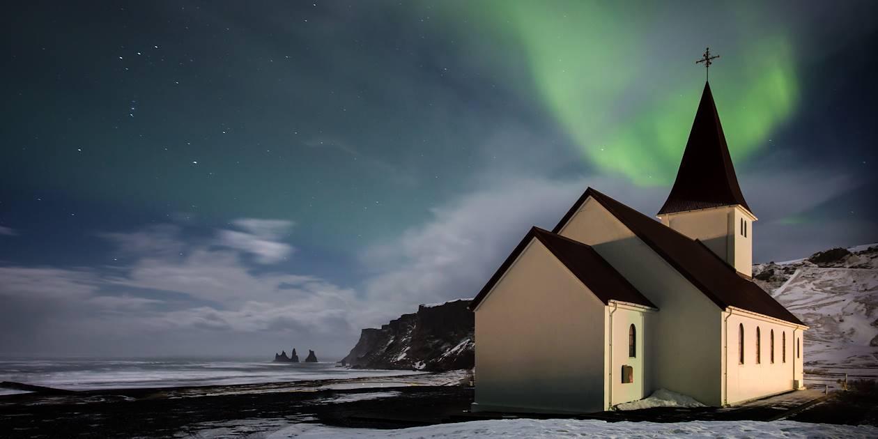 Aurore boréale au dessus d'une église - Vik - Islande