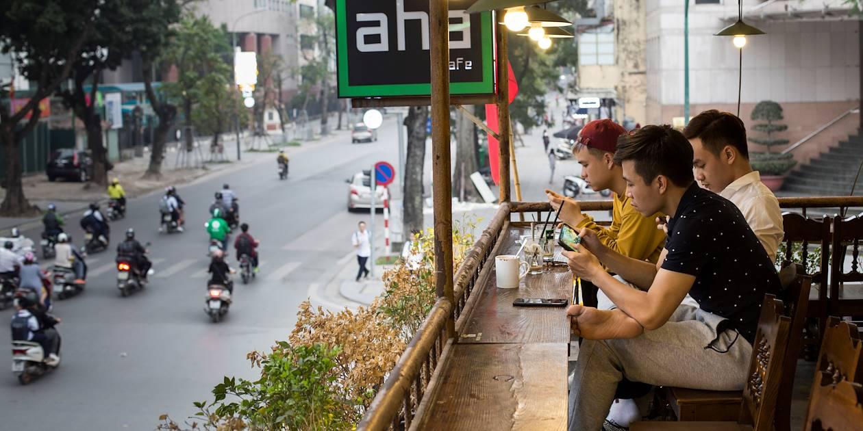 Jeunes hommes à la terrasse d'un bar branché - Hanoï - Vietnam