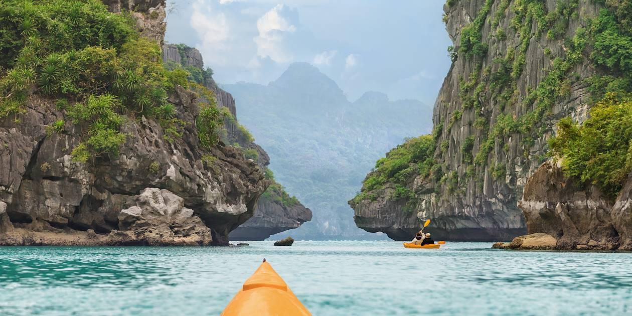 En kayak sur la baie d'Halong - Province de Quang Ninh - Vietnam