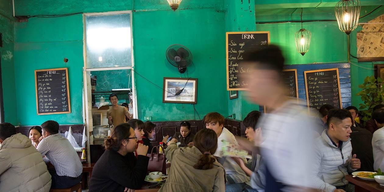 Effervescence dans un restaurant populaire de la ville - Hanoï - Vietnam