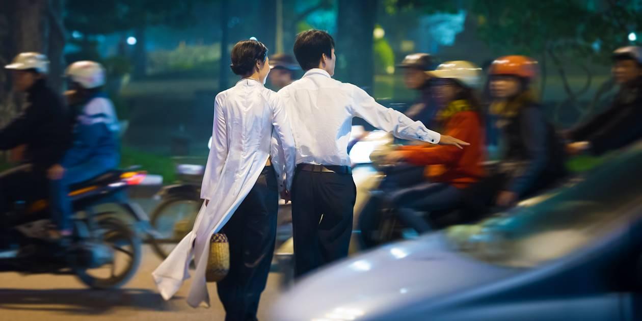 Couple dans les rues d'Hanoi - Vietnam