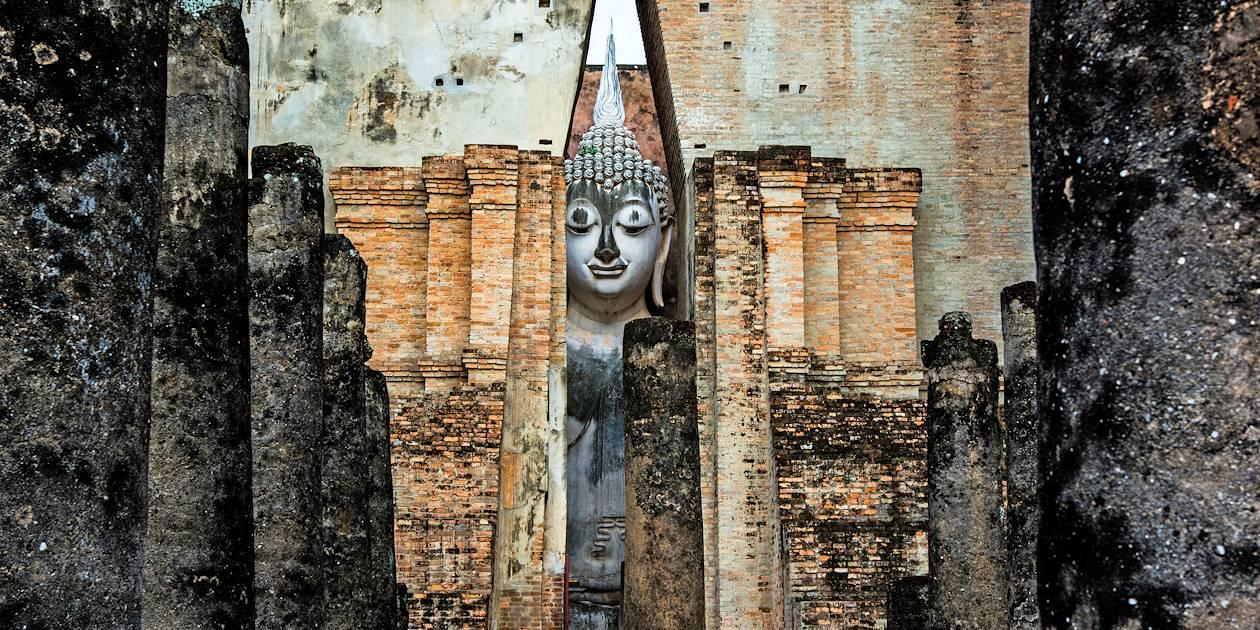 Statue de Bouddha dans le site historique de Sukhothaï - Thaïlande
