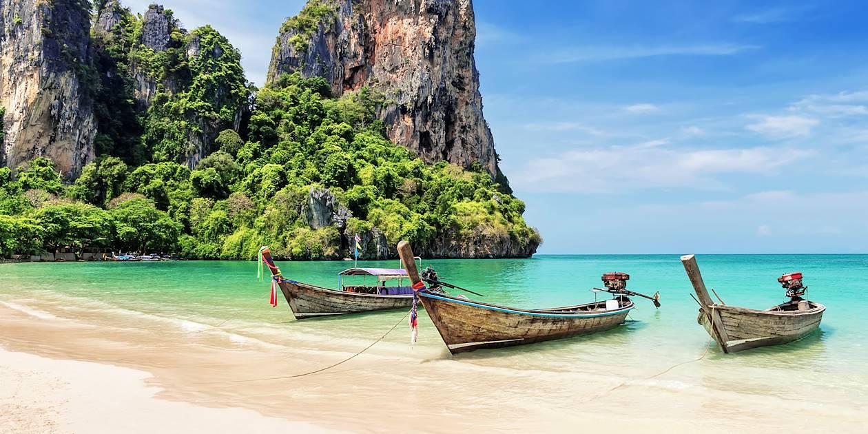 Bateaux longtails au bord de la plage - Krabi - Thaïlande
