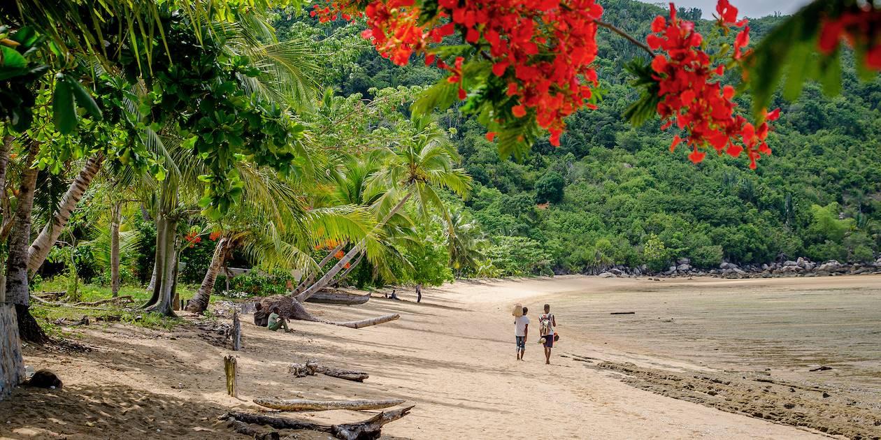 Scène de vie sur une plage de Nosy Be - Madagascar