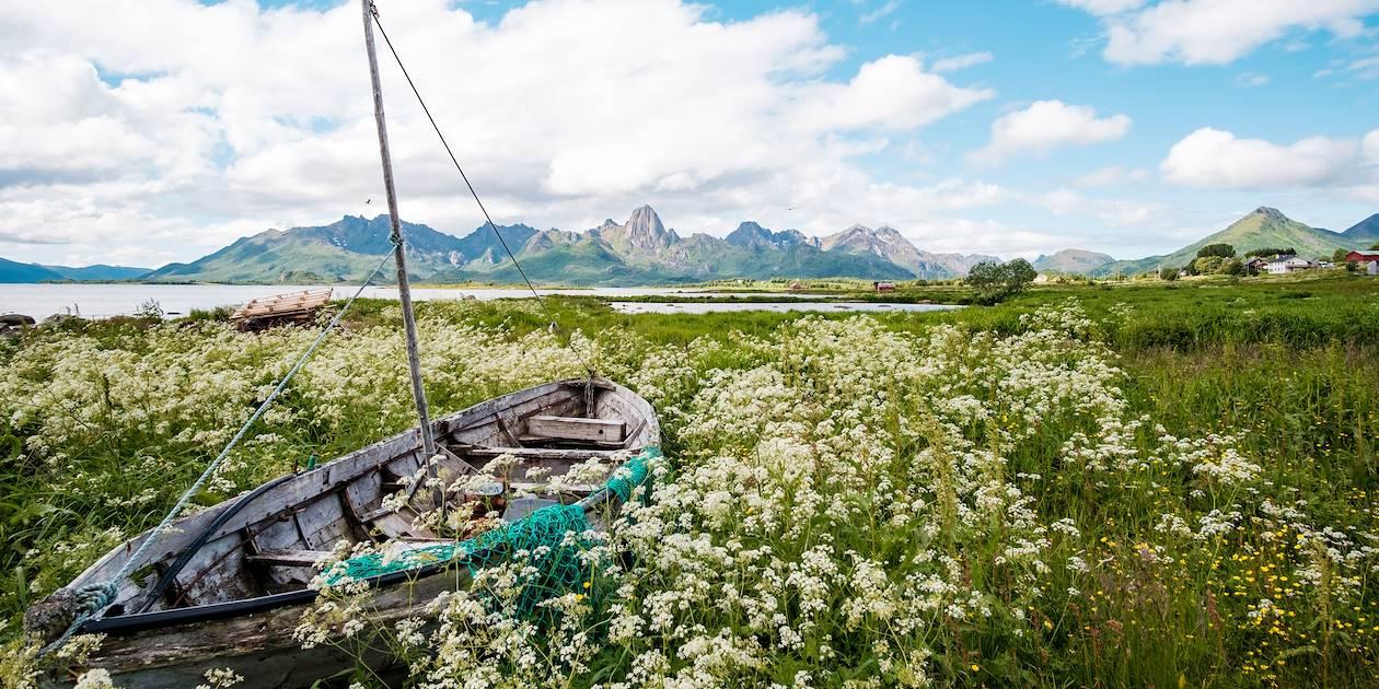 Bateau abandonné sur les berges de l'Eidsfjord - Îles Vesteralen - Norvège